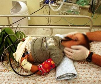 הפעוט בהגיעו אל חדר המיון בצפת. פניו של הילד טושטשו כדי למנוע את זיהויו. צילום: סימון חדד