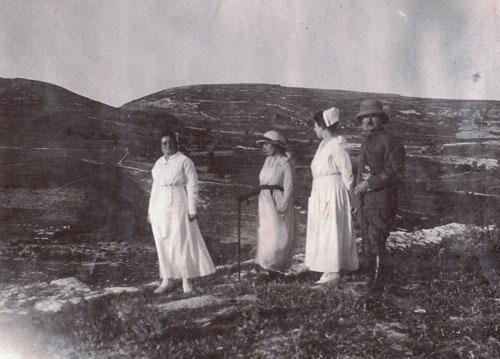 אחיות בית החולים מטיילות עם ליווי סתיו 1919